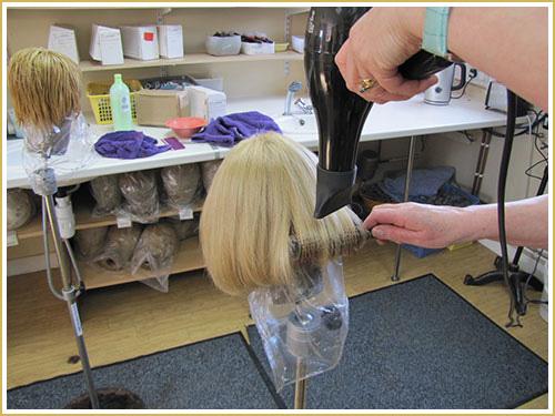 Cómo limpiar una peluca de cabello natural